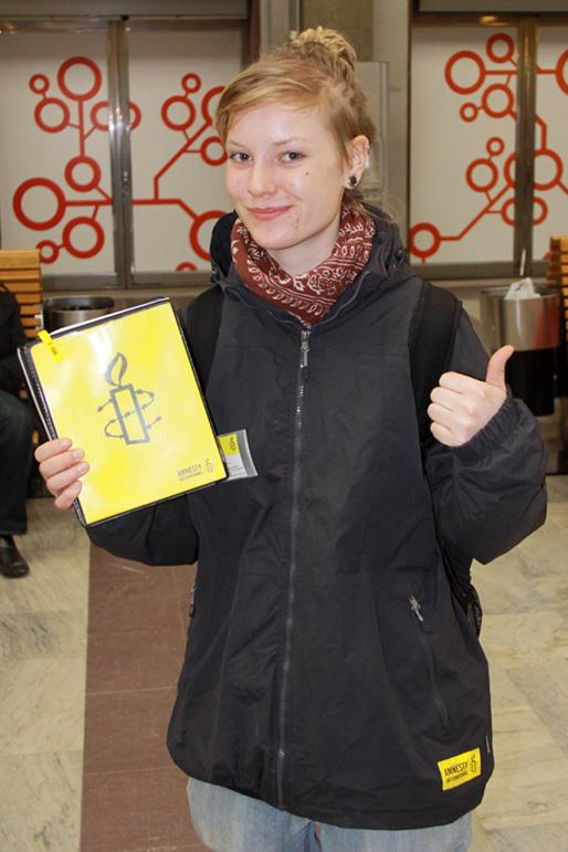 En svensk Amnesty-volontär på Stockholms centralstation (Foto: Haris T., den 3 mars 2011)