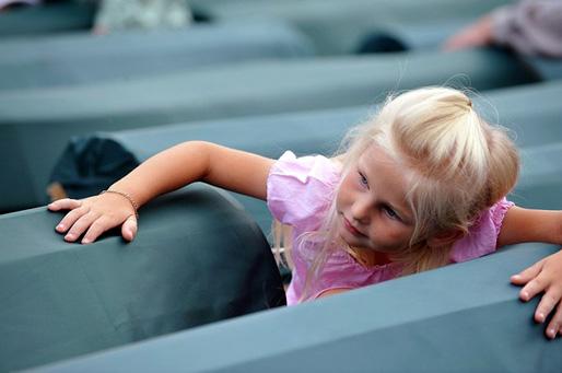En liten bosnisk flicka bland kistorna. Srebrenica, den 11 juli 2009 (Foto: Elvis Barukčić/AFP/Getty Images)
