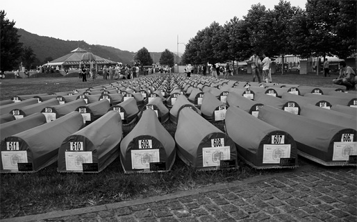 Ytterligare 613 offer för folkmordet i Srebrenica begravdes den 11 juli 2011 (Foto: Haris Tucaković)