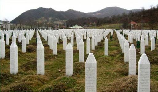 Gravstenar vid minnesmärket vid Potočari, nära Srebrenica