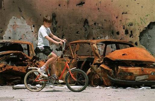 En pojke med cykel under Sarajevos belägring (Foto: AFP, den 16 juli 1992)