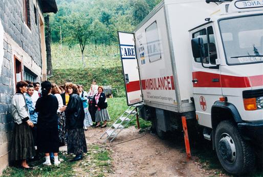 En av de första leveranserna med bristvaror inköpta med hjälp av Kvinna till Kvinnas pengainsamling, anländer till Bosnien (1993). Foto: Kvinna till Kvinna/arkiv